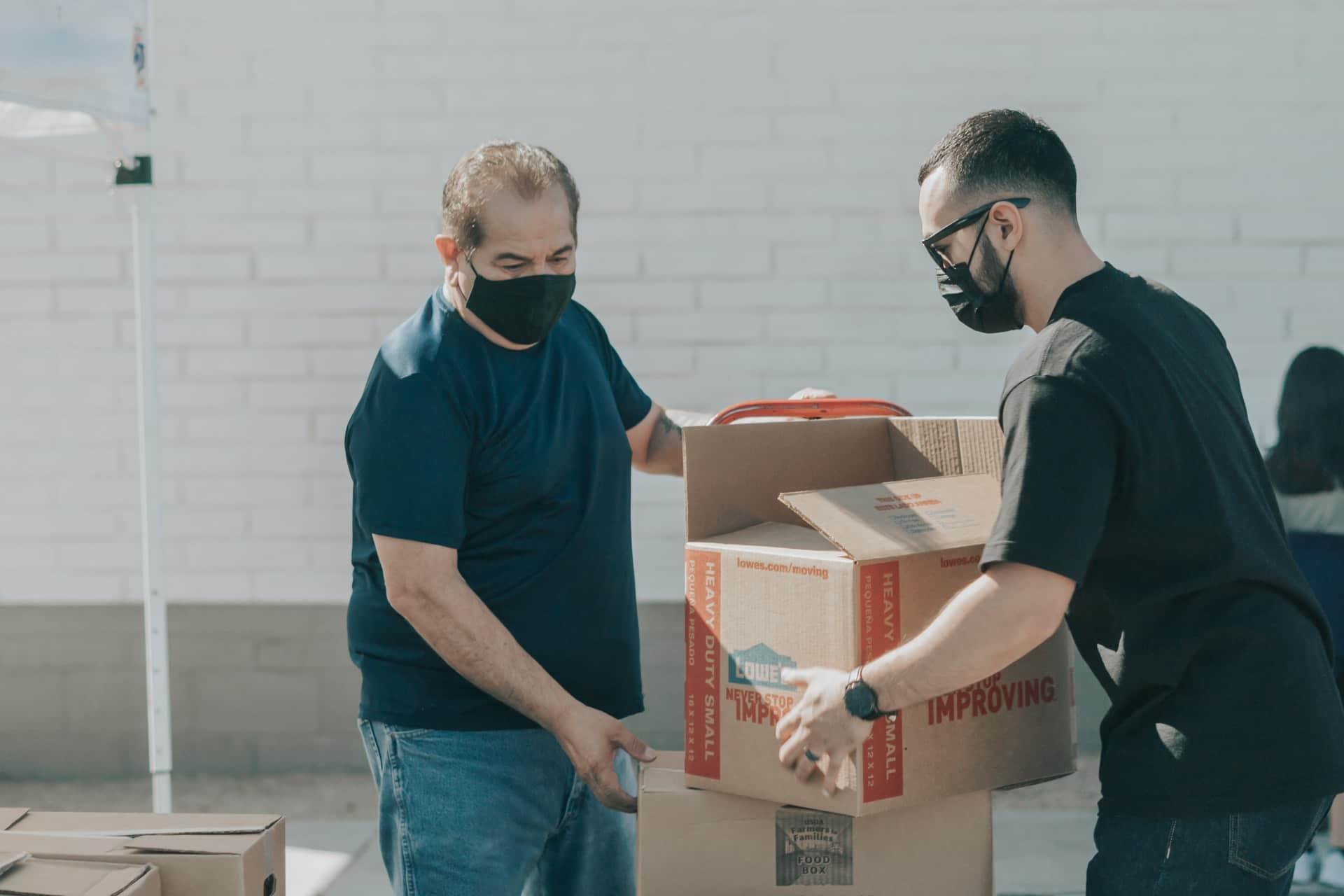 Deux personnes emballent des cartons
