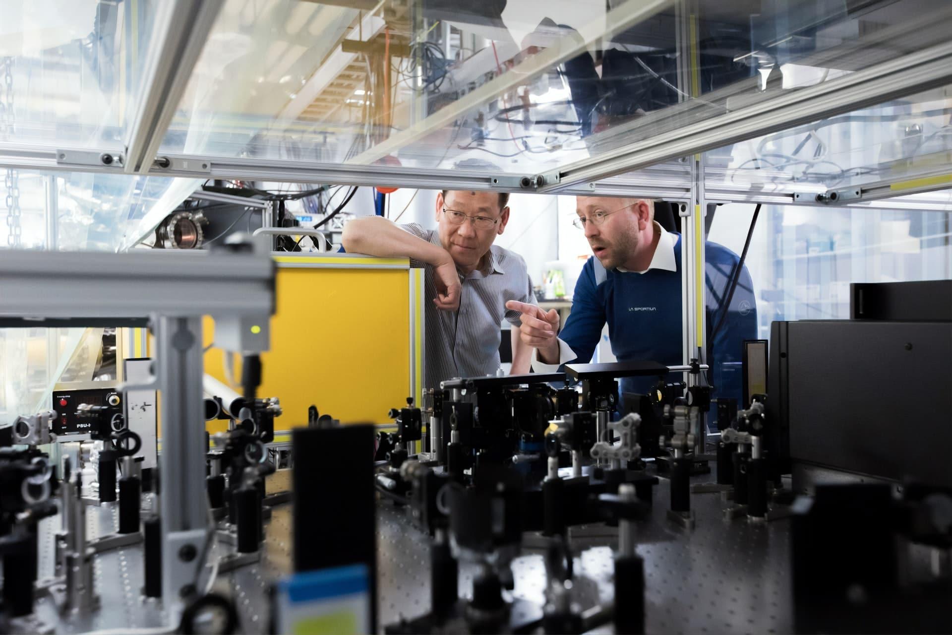 Deux ouvriers travaillent sur la RSE Rozenbal